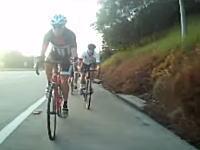なんだ?何を踏んだ?高速走行中の自転車が落下物を踏んで大変な事になってしまうwww