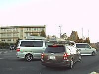 新年早々キチガイを目撃したドラコレ動画。店舗出口渋滞で入れて貰えなかった車が掴みかかるw