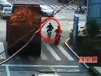 自転車の女性が右折する大型トラックに巻き込まれて死亡。その瞬間の映像。