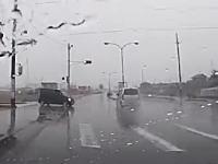 イリュージョンかよwww交差点をほぼノーブレーキの信号無視車が突っ切ってったw