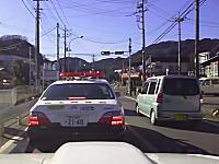 こいつは馬鹿だwww赤色灯をつけてるパトカーの真横を逆走して追いかけられる軽自動車w