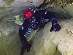 狭い所が怖い。それが水中ならもっと怖い。人がやっと通れるほどの狭い水中洞窟に潜るビデオ