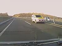 あぶなっ!というかえっ!?高速道路をネクスコ東日本の車が逆走!その映像がドラレコに撮影される