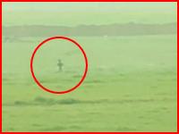 イスラム国狩り。隠れる場所のない平原を走って逃げるイスラム国兵士を狩る。