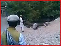 みだらな行為をしたとしてタリバンに銃殺される若い女の子のビデオ。衝撃映像。