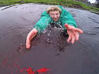 この必死さワロタwww初フライトで池に落ちそうになったドローンを体を張って助けるwww
