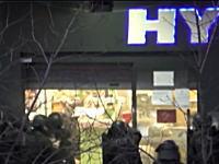 パリのテロ事件で犯人が立て籠もっていた商店に警官隊が突入。その時のビデオが公開される。