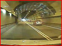 トンネル内で停車していたバイクの集団に後続車が突っ込む恐ろしい事故の映像。