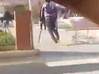 おいお前の松葉杖はいったい何なんだよwwwこれは謎い男の一瞬動画。(8秒)