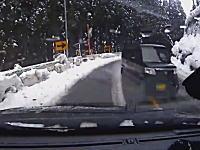 飛ばしすぎなんじゃないのwww雪道のカーブで滑った軽四がドリフト状態で突っ込んでくるドラレコ