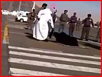 道路のど真ん中で公開処刑?死刑執行人が女性を斬首。これは公式な処刑っぽいな。