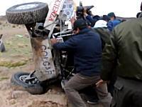 魔のポイント。事故車を助けている所でまた同じようなクラッシュが。ダカールラリー2015