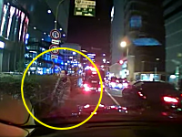 車道に出てきた怪しい男性が信じられない行動に!梅田で撮影された??動画。