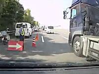 これは分かりにくい車線が原因かな。カーブ後の謎車線でトラックと接触した車載。