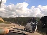 定員オーバー。屋根まで人を満載していたバスが横転してしまう事故の映像。