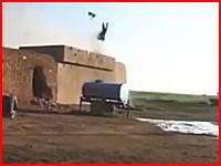 攻撃を受けたイスラム国の戦闘員がもの凄い勢いでぶっ飛ばされているビデオ。