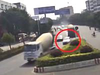 2台のミキサー車に挟まれて殺されてしまった母子。梅州市で撮影された恐ろしい交通事故