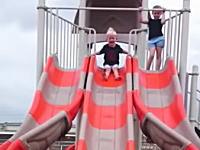 小さな子供が滑り台でちょっとワロタ10秒動画www人形かよwwww腹痛いwwww