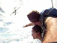 スカイダイビングでこんなニアミス嫌すぎる。自分が乗ってきた飛行機と接触しかけたスカイダイバー。