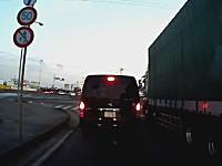 茨城県でまさかのドラレコが撮影される。発進した車のリアハッチが開いた子供が落ちるw