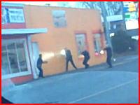 アメリカで非武装の男を射殺する警官たちの映像がネットに投稿され話題に。