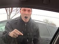 窓ガラスって素手で割れるものなのか(((゚Д゚)))交通トラブルで窓を割られた動画。