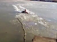 ワンちゃんを救う為に凍った湖に飛び込んだ男。氷を割りながら進んで救助成功!