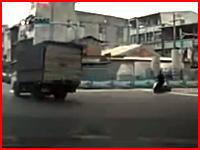 これは死んだかもしれない事故。左折したトラックに猛スピードのスクーターが。