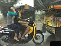 雨を避ける方法としてはリスクが高すぎるwwwノーヘル二人乗りスクーターが危険。
