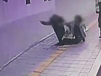 韓国で歩道を歩いていた男女が突然開いた穴に飲みこまれてしまう。深さ5メートル。