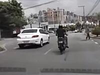 幅寄せの交通トラブルから車に蹴りを入れたバイクの兄ちゃんがwwwww