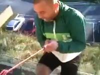 なにがしたかったの(´・_・`)バルコニーから一本のロープでぶら下がった男がw