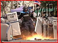 投げ込まれた手榴弾を蹴り返そうとした警官が足を吹き飛ばされる(((゚Д゚)))