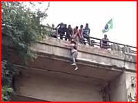人が高い所から落ちて地面に叩きつけられる時の音。橋の上から落下した女性。