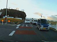 見通しの悪い道路で反対車線を逆走して渋滞を追い越すBMW9999。ヤクザか。