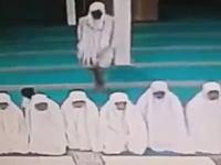 ひでえwwwお祈り中の女性たちを狙った狙った置き引きの犯行現場wwww