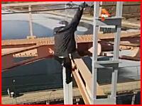 おそロシア動画の撮影で鉄道橋に登った14歳の少年が誤って高圧ケーブルに掴まって感電して落下。