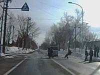 アブアブビャビャ危ない!撮影者も焦っちゃほど危なかった。横断歩道の中学生がトラックに轢き殺されかける。