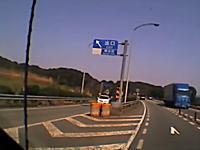 「出口」から入ってくる車。ドライブレコーダーが記録した危険な逆走3連発。