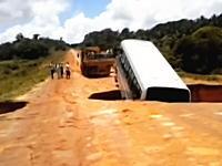 陥没してできた大穴に飲みこまれたバスの映像。乗客は直前に脱出していて無事。