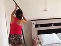 おいそれ意味あるのか?www掃除のおばちゃんが不思議なワザを使っていた動画。