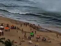 ビーチの海水浴客を襲った小さな竜巻。みんな逃げるの遅くねえ?ブラジル。