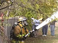 ちょっとこの消防士さん(´・_・`)とても効率が悪そうな事をしている消防士さんの映像が人気に。
