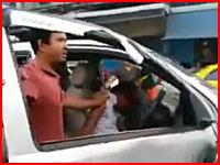交通トラブルから運転手が引きずり出されてフルボッコに動画。意識不明らしい。
