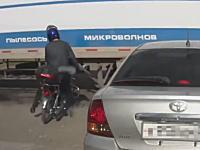 操作に慣れてなかったのか(´・_・`)ブレーキできずにトレーラーに突っ込んで死にかけたバイクの男性