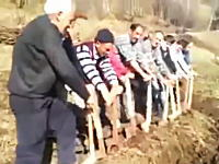 みんなで力を合わせればトラクターなんて必要ない。楽しそうな開墾作業動画。