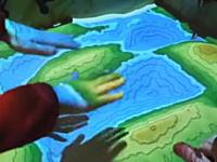 これはポピュラス。砂を盛った高さに合わせて地図が描かれるシステムがポピュラス。