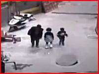 マンホール爆破遊びで吹き飛ばされた少女が死亡する事故。その瞬間の映像。