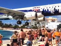 大型旅客機が観客の頭上スレスレを通過する(((゚Д゚)))さすがにこれは近すぎる。