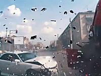 基本ヤバいやつ。ロシアの激しめの交通事故映像集。1分32秒のぶっ飛びバイクは死んでるかも。